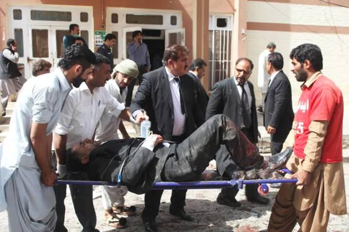 mundo-atentado-explosao-hospital-paquistao-20160808-02